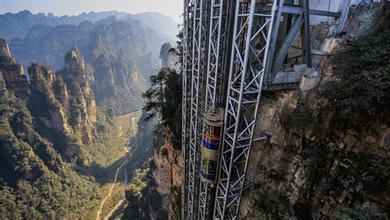 山坡上的液压升降平台电梯