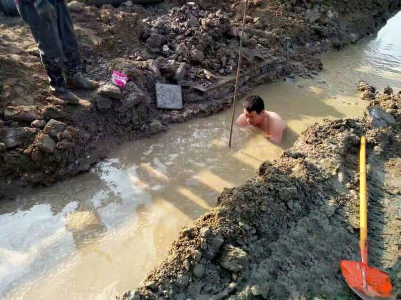 男子冷天修水管